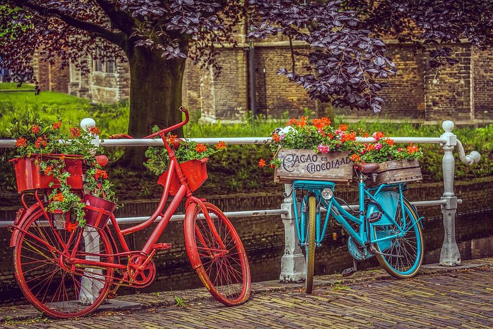 自転車に花を飾るおしゃれな街並み