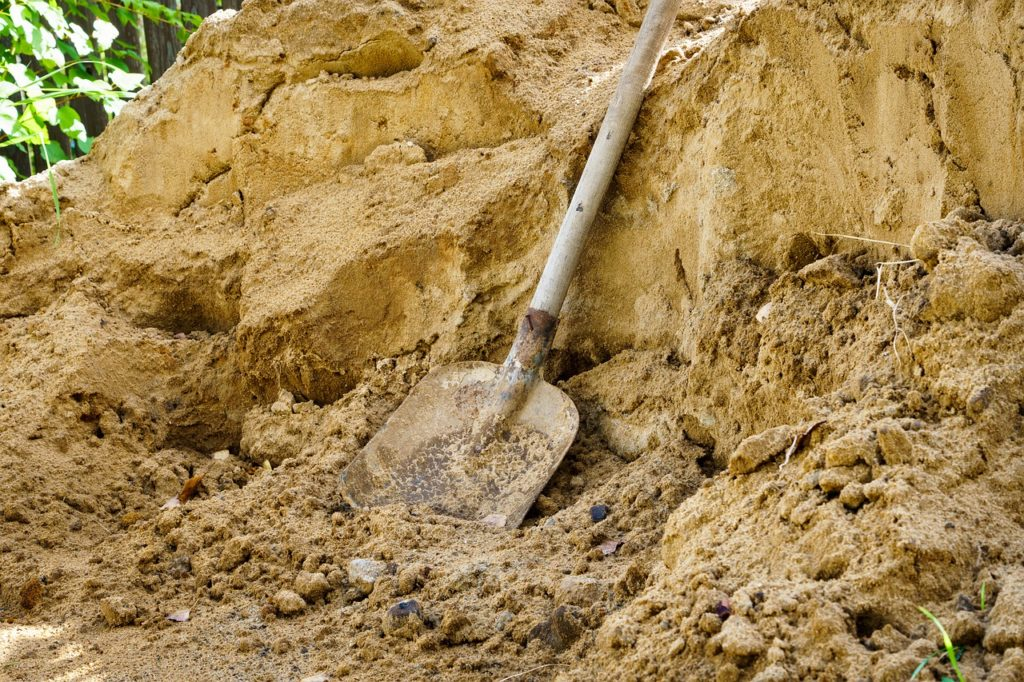 スコップで土をすくう